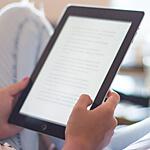 Bild-Ausschnitt: Leser eines E-Books hält Reader in den Händen