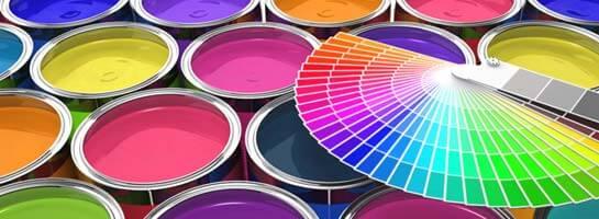 Farbfächer liegt auf offenen Farbeimern
